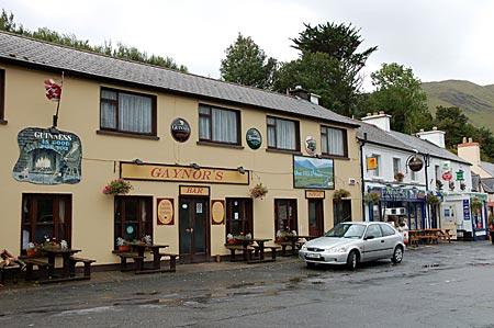 """Hauptstraße von Leenaun mit dem Pub """"Gaynor's"""", gleich daneben das  Pub """"Hamilton's"""" und die einzige Tankstelle. Connemara, Co. Golway, Westirland"""