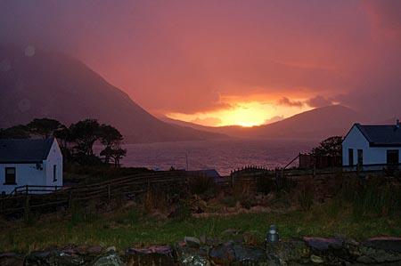 Abendsonne nach einem Unwetter in Leenaun, am Kopf vom Killary harbour, des einzigen Fjords Irlands. Connemara, Co Galway, Westirland.
