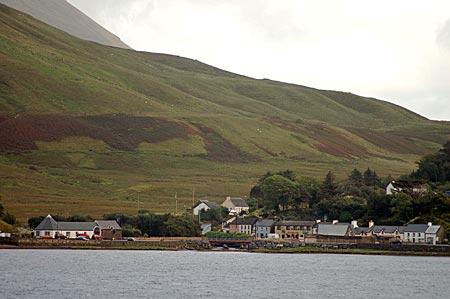 """Das Cottage """"Killary View"""" am Kopf vom Killary Harbour, des einzigen Fjords in Irland. Leenaun, Connemara, Irland"""