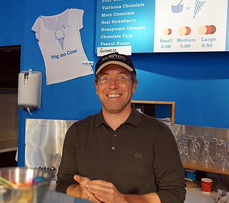 Irland - Dingle - Keiran Murphy, einer der Besitzer von Murphy's Eissalon