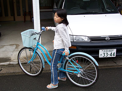Japan Radtour Japanerin auf dem Fahrrad