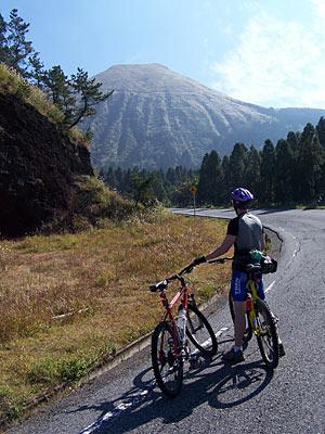Japan Radtour Anstieg zum Vulkan