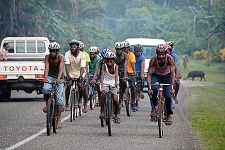 Papua-Neuguinea - New Ireland Racing Team auf dem Boluminski Highway