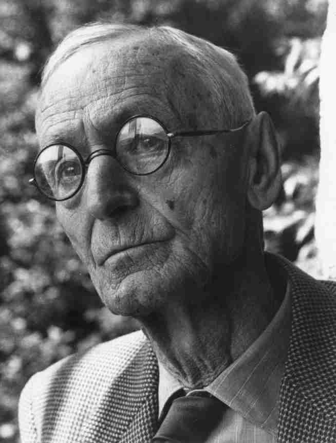 """...в 1942 году писатель Герман Гессе закончил работу над главной книгой своей жизни - романом  """"Игра в бисер """" ."""
