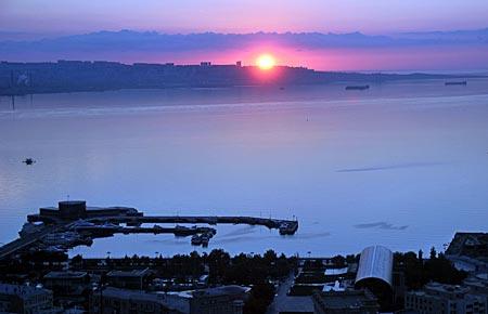Aserbaidschan - Sonnenaufgang über dem Kaspischen Meer in Baku