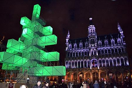 Belgien - Brüssel - Es grünt so grün . . .: Der Designertannenbaum vor dem Maison du Roi, dem Stadtmuseum an der Grand' Place