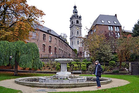 Belgien - Mons - Überragend: Der erhöht stehende, barocke Belfried ist das Wahrzeichen der alten Stadt