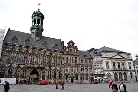 Belgien - Mons - Blick auf das Rathaus (links) und das alte Theater (rechts) an der Grand' Place