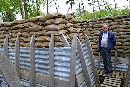 """Belgien - """"Ist doch schön hier"""", Jürgen Deleye in einem rekonstruierten Schützengraben am Museum Passchendaele"""
