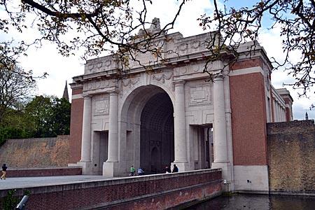 """Belgien - Ort täglichen Totengedenkens: das Menentor in Ypern, vor dem abends die """"Last Post""""-Zeremonie stattfindet"""