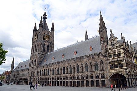 Belgien - Antikriegssymbol und Weltkulturerbe: die im 1. Weltkrieg zerstörte und bis 1967 wieder aufgebaute Tuchhalle in Ypern