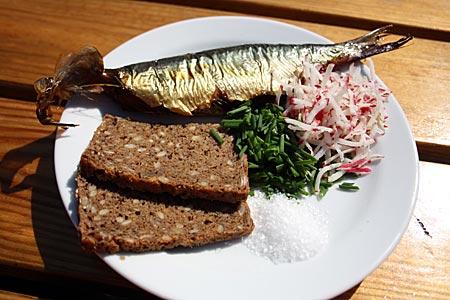 Dänemark - Bornholm - Räucherei in Hasle, Hasle Røgeri, und drumherum. Hier gibt's geräucherte Heringe. Typisches Gericht: Räucherhering, Vollkornbrot, Schnittlauch, Radieschen