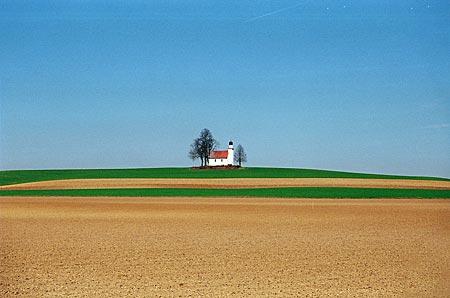 Stille Hallertau: Blick über die Felder zur Kapelle von Leitenhausen
