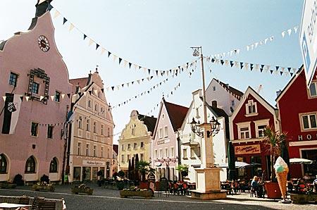 Sehenswerte Hallertau: romantische Kulisse am Stadtplatz in Abensberg