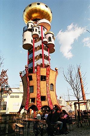 Hingucker in der stillen Hallertau: Nach Plänen Friedensreich Hundertwassers entworfener Aussichtsturm einer Brauerei in Abensberg