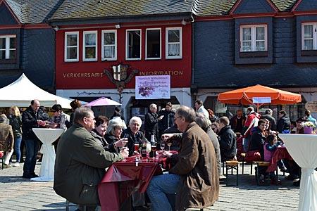 Treffen mit Mosel Kir: Auf dem Pfirsich-Markt in Cochem geht es gesellig zu