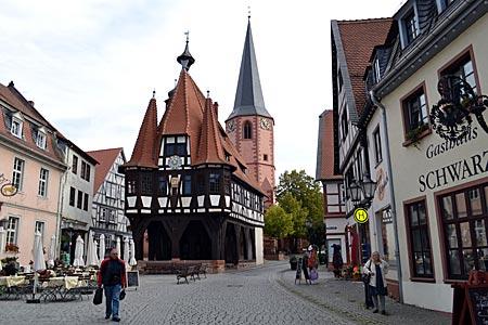 Odenwald - Ausflugsziel: Markt in Michelstadt mit dem originellen Fachwerk-Rathaus aus dem 15. Jahrhundert