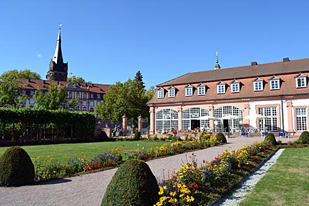 Odenwald - Ohne Apfelbaum: der Barockgarten in Erbach; im Hintergrund links das Schloss