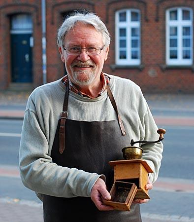 Detlev Grunwald experimentierte 1970 mit dieser Kaffeemühle. Heute arbeitet er mit seiner elektrisch betriebenen Steinmühle