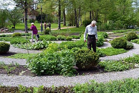 Tölzer Land - Ein paar der über 400 Kräuterpflanzen im Blick: Besucher im Kräuterpark von Bad Heilbrunn