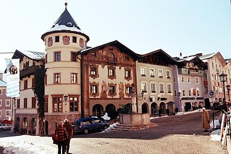 Berchtesgaden - Marktplatz in Berchtesgaden mit Brunnen und Lüftlmalereien