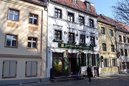"""Berlin - Hereinspaziert: In Berlins ältestem Lokal ließen es sich schon Gerhard Schröder und Jacques Chirac schmecken. Seit 1621 wird in der """"Letzten Instanz"""" ausgeschenkt"""