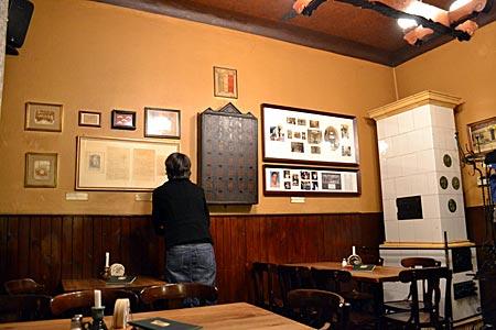 """Berlin - Alte Fotos, ein Zille-Brief und ein Sparschrank: Das """"Metzer Eck"""" am Prenzlauer Berg ist ein Relikt neben Bars und Restaurants im Szeneviertel"""