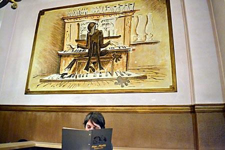 """Berlin - Lehrer Lämpel und Besucherin (beim Studium der Speisenkarte): Impression aus dem Kreuzberger Wirtshaus """"Max und Moritz"""""""