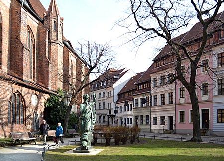 Berlin - Heimat einiger Altberliner Lokale: Das Nikolaiviertel, Berlins Mini-Altstadt, wurde zu DDR-Zeiten erst vernachlässigt, dann restauriert
