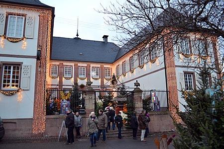 Einladend: weihnachtlich dekorierter Winzerhof in Rhodt