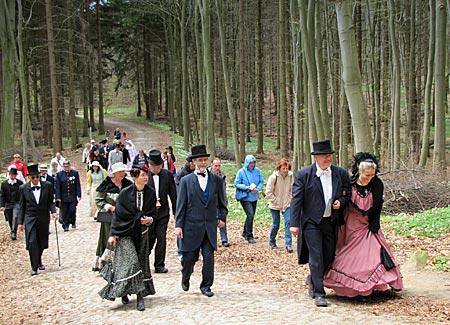 Rügen - Binz - Die vornehme Gesellschaft wandert zum Jagdschloss Granitz