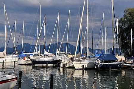 Segelboote im Yachthafen in Prien vor der Kampenwand, Chiemsee, Bayern