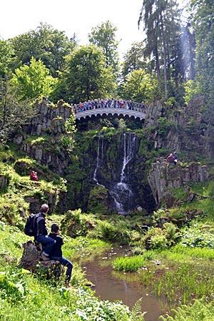 Kassel - Wilhelmshöhe - Warten auf den Wasserfall: eine Station der Wasserspiele ist die Teufelsbrücke