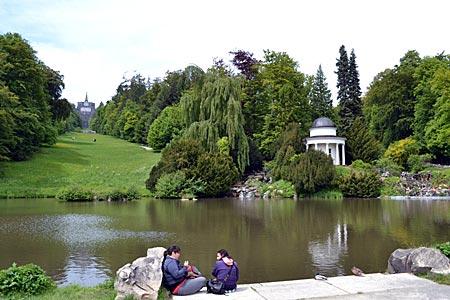 Kassel - Wilhelmshöhe - Der Fontänenteich vor dem Waserspiel (ohne Fontäne) – mit Apollotempel und der Blickachse zum Oktogon