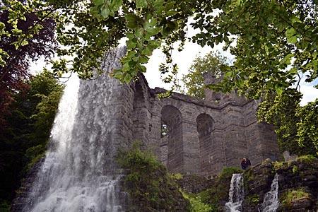Kassel - Wilhelmshöhe - Kein römisches Relikt: Vom Aquädukt, einem künstlichen Ruinenbau, stürzt das Wasser 42 Meter in die Tiefe