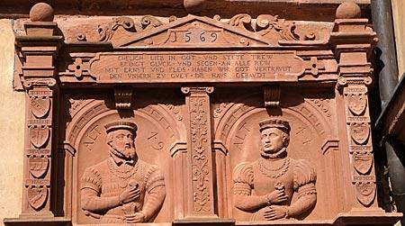 Spessart - Schloss Mespelbrunn - In einem reich gestalteten Portal haben sich auch die Schlossstifter verewigen lassen