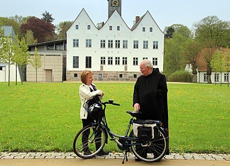Mönchsweg - Bruder Matthäus trifft Radpilger am Kloster Nütschau