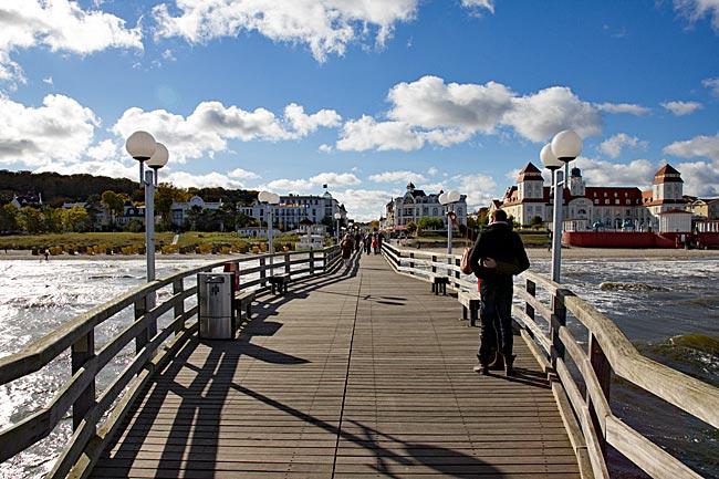 Rügen - Blick von der Seebrücke auf die Strandpromenade von Binz mit dem Kurhaus