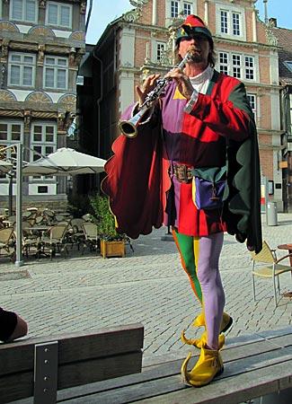 Weserbergland - Hameln - Stadtführer Michael Boyer im farbenfrohen Gaukler-Kostüm als Rattenfänger von Hameln