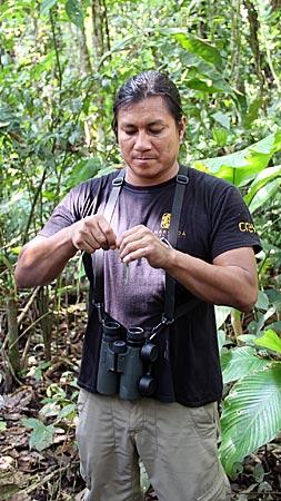 Ecuador - Rio Napo - Guide Fredy zeigt was man alles aus Palmen flechten kann