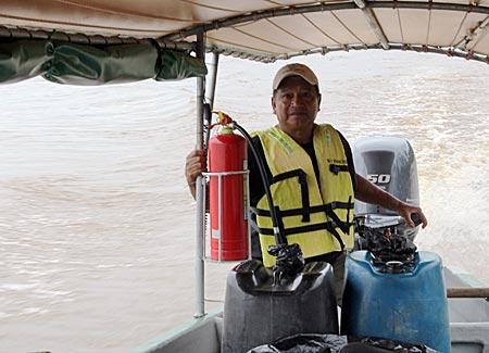 Ecuador - Newton steuert das Speedboot sicher durch die Untiefen des Rio Napo