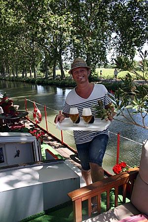 """Frankreich - Canal du Midi - Das Hausboot L'Appart des Anges"""" in Cers ist eine kleine Pension mit drei Doppelzimmern und Swimmingpool auf dem Dach (108 Christophe, einer der beiden Besitzer, serviert Radfahrern kühle Getränke)"""