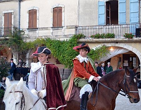 Frankreich - Gascogne - Bereit die Flamme des Armagnacs durch die Region zu tragen: Zwei Neu-Musketiere auf dem Fest in Labastide