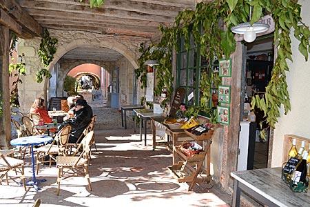 Frankreich - Gasgogne - In den Arkaden am Platz in Labastide findet man wieder Geschäfte und Lokale