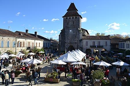 Frankreich - Gascogne - Ein Dorf im Zeichen des Alkohols: Blick auf den Platz von Labastide, auf dem das Armagnac-Fest stattfindet