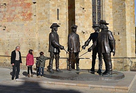 Frankreich - Gascogne - Überlebensgroß: An der Kathedrale von Condom ehrt ein Denkmal die Musketiere
