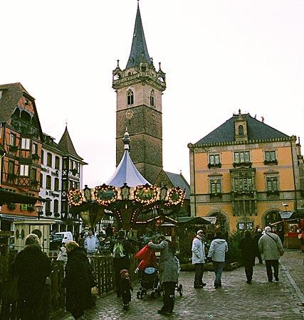 Frankreich - Elsass - Gut bewacht: In Obernai findet der Weihnachtsmarkt zu Füßen des alten Wehrturms statt
