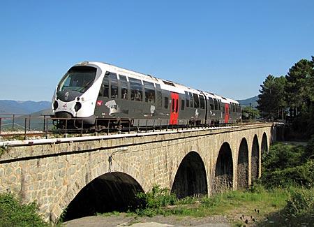Korsika - Neuer Zug auf alter Brücke bei Venaco