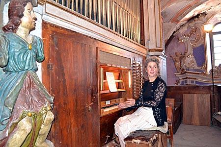 Frankreich - Seealpen - Lydie Staub bei einer Präsentation der barocken Orgel in der Kirche von Saorge