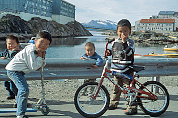 Greenland has a population of 56370 January 2013 estimate of whom 88 are Greenlandic Inuit including DanishInuit mixed The remaining 12 are of European descent mainly Greenland Danes  Several thousand Greenlandic Inuit reside in the Danish Peninsula